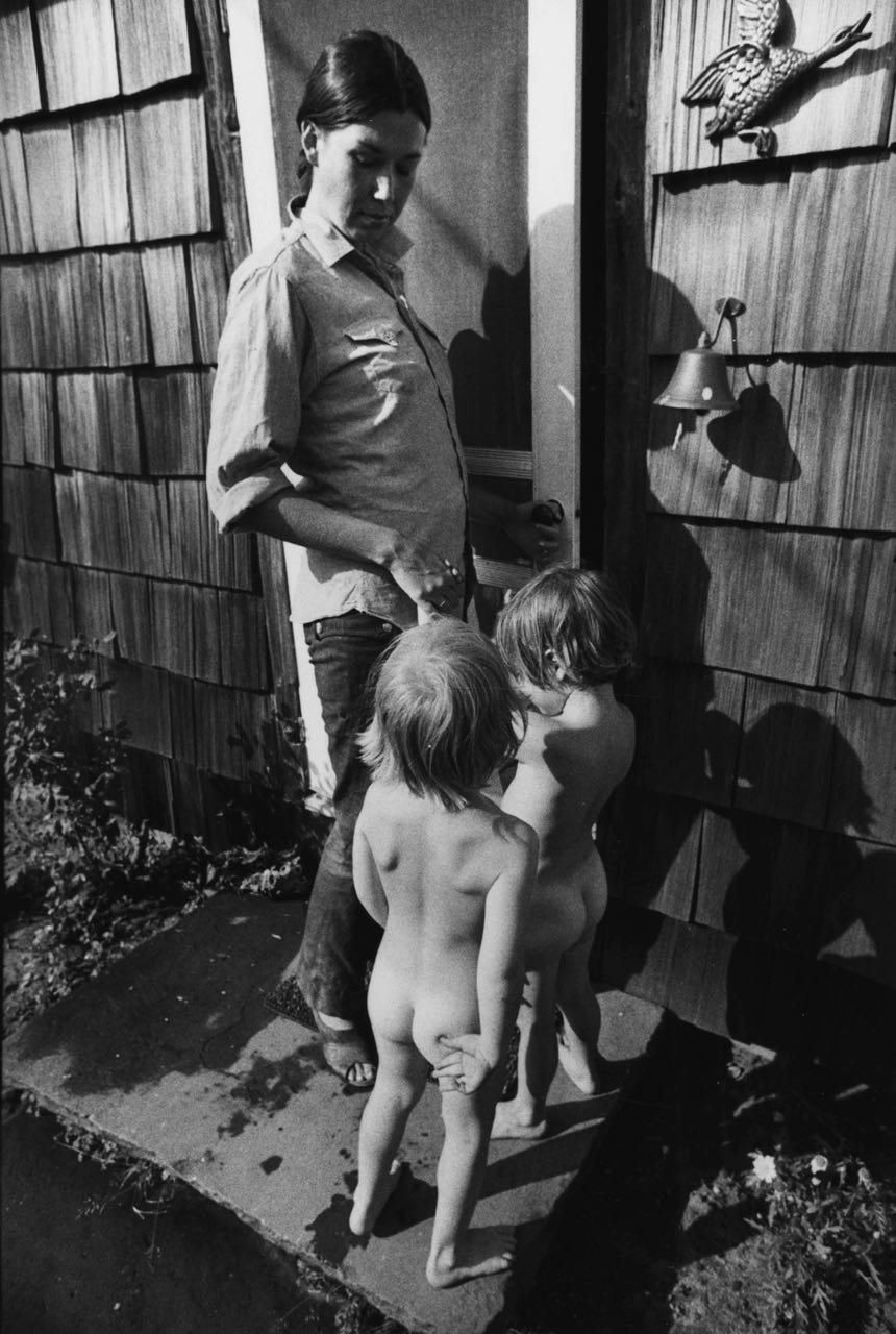 15_23_Woman with two naked toddlers_Dan Wynn Archive.jpg