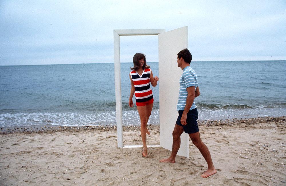 Dan-Wynn_Door-On-Beach-Couple_0004.jpg
