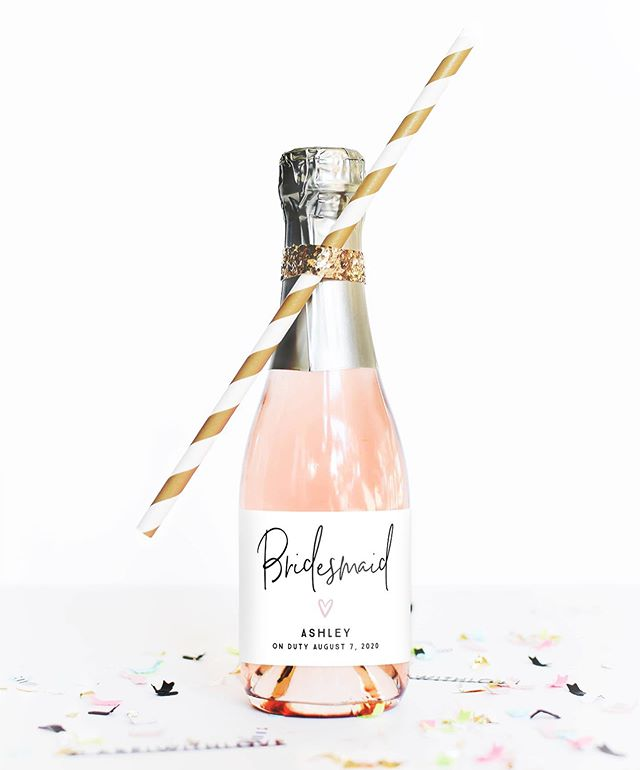 Every bride needs her tribe! 👯‍♀️Pop the question to your besties with our mini champagne labels. They also work great on mini bottles of wine and make a sweet addition to your bridesmaid proposal boxes. 💕💍🥂