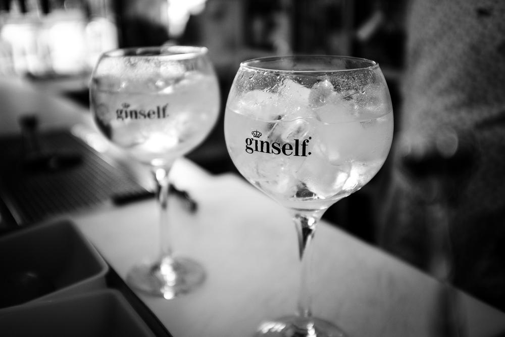 Gin Tonic. Potete scegliere tra numerosi Gin, Vodke e comporvi il vostro drink!!
