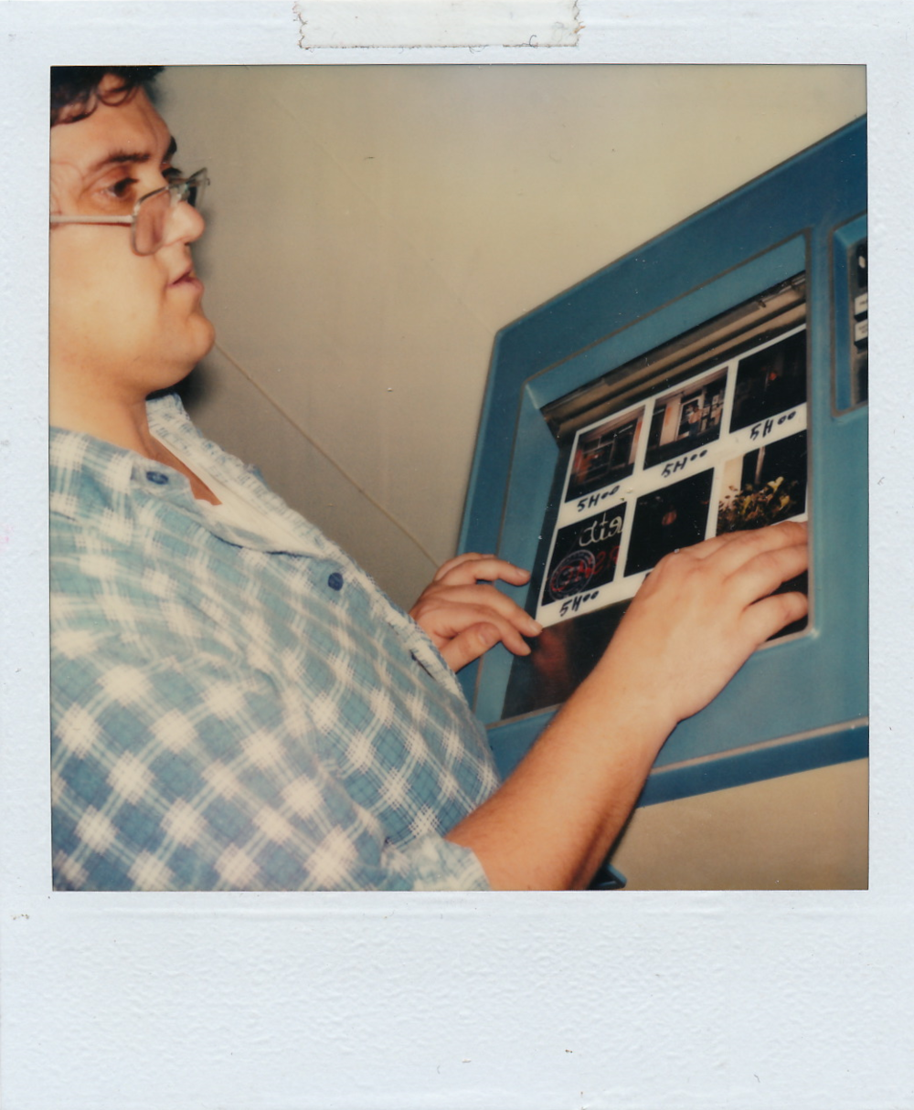 Yvon Gallant utilisant la machine photolaser  -  Document Polaroid original.  /  © Herménégilde Chiasson 1982