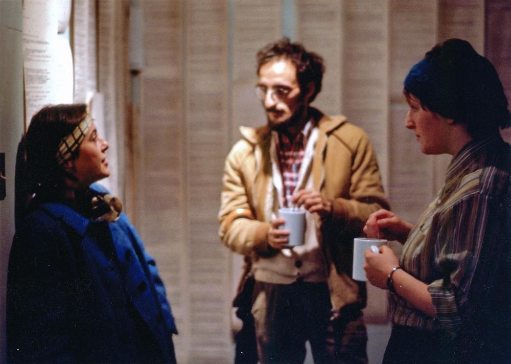 Personne non-identifiée, Jacques Arsenault et Marjolaine Bourgeois devant l'installation des rouleaux imprimés de conversations sur le téléscripteur.