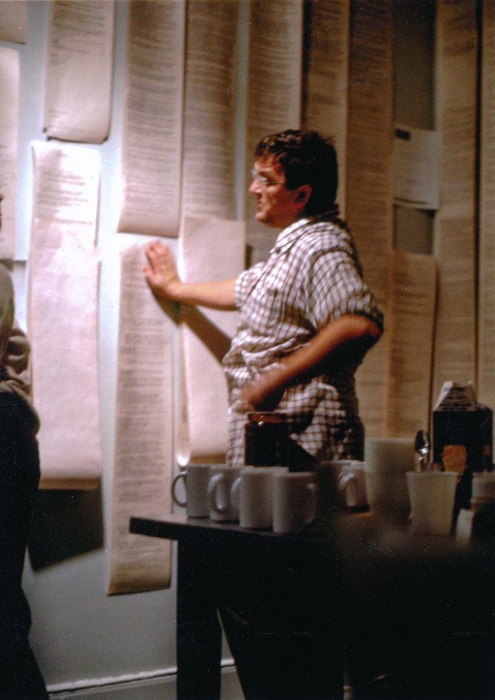 Yvon Gallant devant l'installation des rouleaux imprimés de conversations sur le téléscripteur.