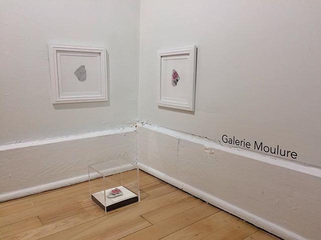 La Galerie Moulure est fière de présenter sa deuxième exposition mettant en vedette les oeuvres de l'artiste Alisa Arsenault! L'exposition d'Arsenault s'intitule Désenchantement du motif II et aborde l'archive familiale par l'entremise de l'extrait, transformée sous plusieurs formes. Nous vous invitons à nous suivre sur nos réseaux sociaux afin de participer au vernissage virtuel de ce soir!  @ali.melodie #liripaa #galeriemoulure #espaceparallele #artactuel #artenacadie