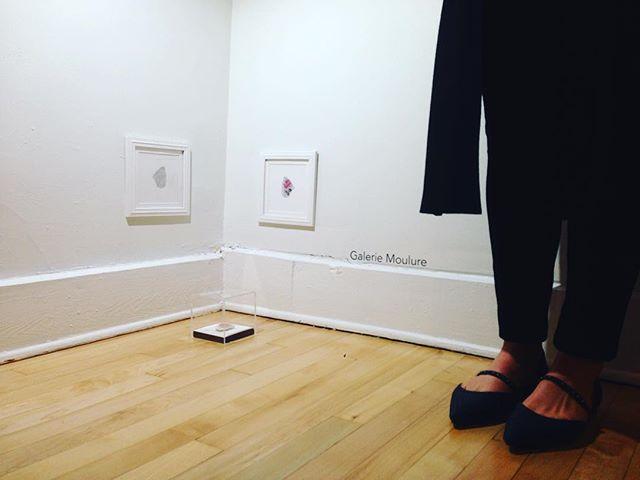 L'artiste Alisa Arsenault devant ses œuvres en exposition à la Galerie Moulure!  Pour revoir le vernissage virtuel, rendez-vous sur notre page Facebook!  @ali.melodie #liripaa #galeriemoulure #espaceparallèle #artactuel #artenacadie