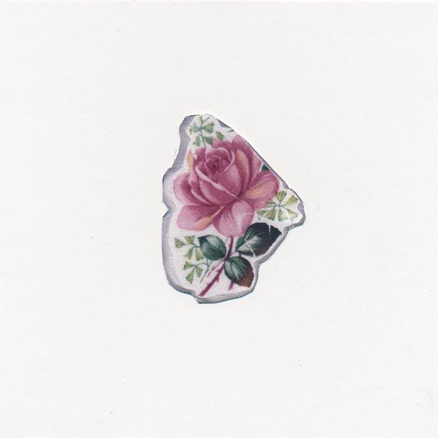 Alisa Arsenault - Désenchantement du motif II . . Une assiette en céramique appartenant à la grand-mère de l'artiste sert de point d'encrage de cette exploration de l'objet. Celle-ci prend différentes formes au cours des dernières années afin d'illustrer l'héritage d'Arsenault. À l'aide d'un outil rotatif, l'artiste extrait un morceau de l'archive familiale et par l'entremise du dessin, la forme de cet objet se transforme en microcosme.  @ali.melodie  #liripaa #galeriemoulure #espaceparallèle #artactuel #artenacadie