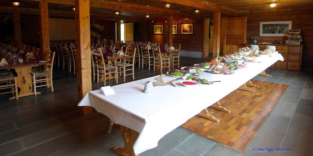 Lunsj bordet er dekka på Svanøy Hovedgård.
