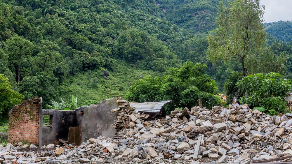Abandoned ruins on the way to Baluwa.