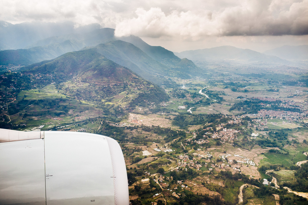 De aankomst per vliegtuig biedt een prachtig uitzicht over de Kathmandu vallei en de rondom gelegen bergen.