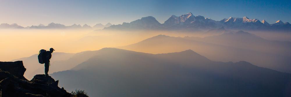 Zonsopkomst met het uitzicht op het Himalaya gebergte van het Mount Everest gebied.