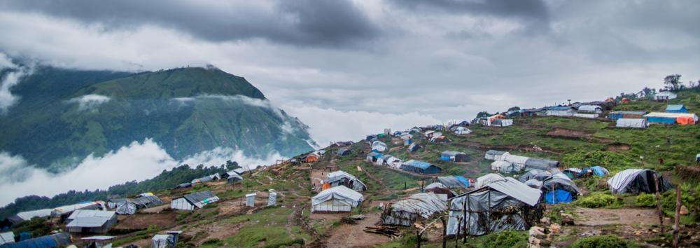 Het 'nieuwe' Laprak waar de bewoners een veilige toevlucht hebben gezocht na de verwoestende aardbevingen. Hier gefotografeerd tijdens het regenseizoen. Wanneer wij hier zullen zijn zal het weer zeer stabiel zijn en zullen de omringende hoge bergen van het Himalaya gebergten een indrukwekkend decor vormen.