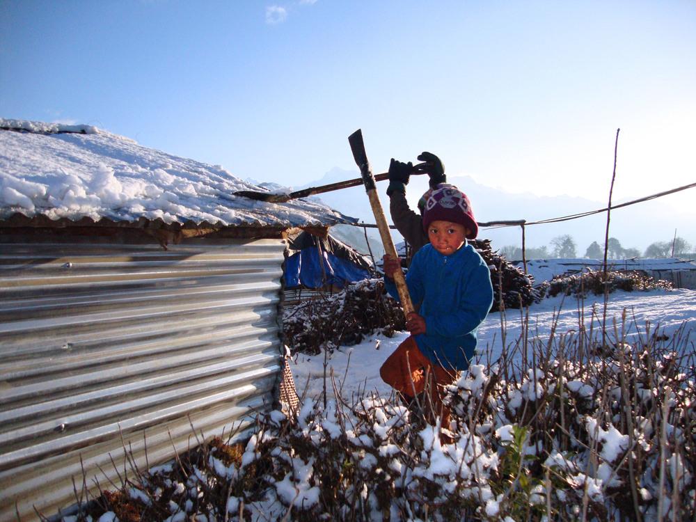 * Schone sneeuw van het dak afscheppen om de watervoorraad aan te vullen.