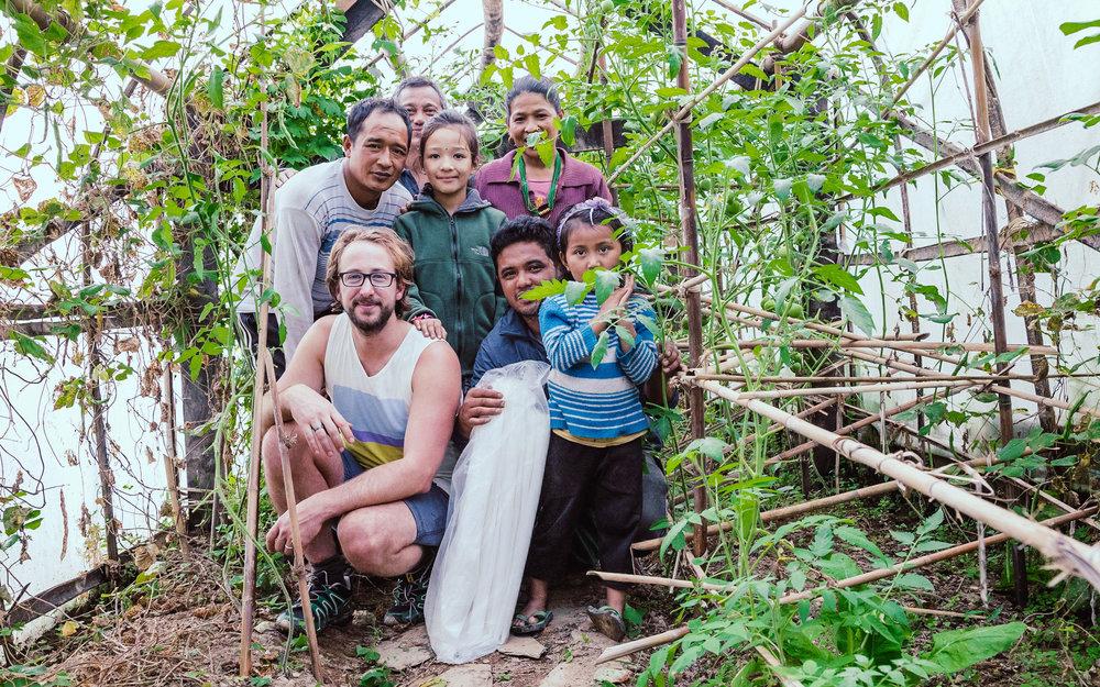 Pim met een familie die dankbaar gebruik maakt van de kassen en zaden. Het resultaat is zichtbaar.