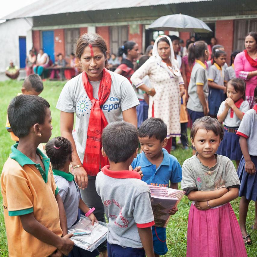Samjhana in de Terrai om schoolmaterialen uit te reiken.