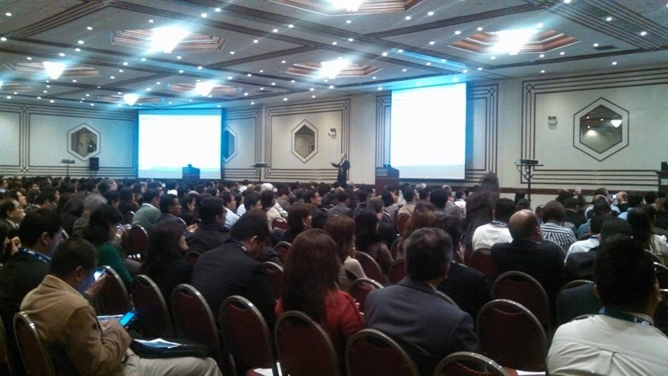 "Jim Emerick, exponiendo en un salón repleto [speaking to a ""full house""]. Congreso PMI 2014, Lima, Peru."