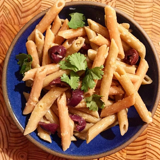 Sometimes all you have in you is boiling #pasta 😉This is #lentilpasta by @tolerant.foods and I spiced it up with chopped #parsley #olives and crunchy garlic olive oil by @garlicgold thx to @thrivemkt #10minutemeals