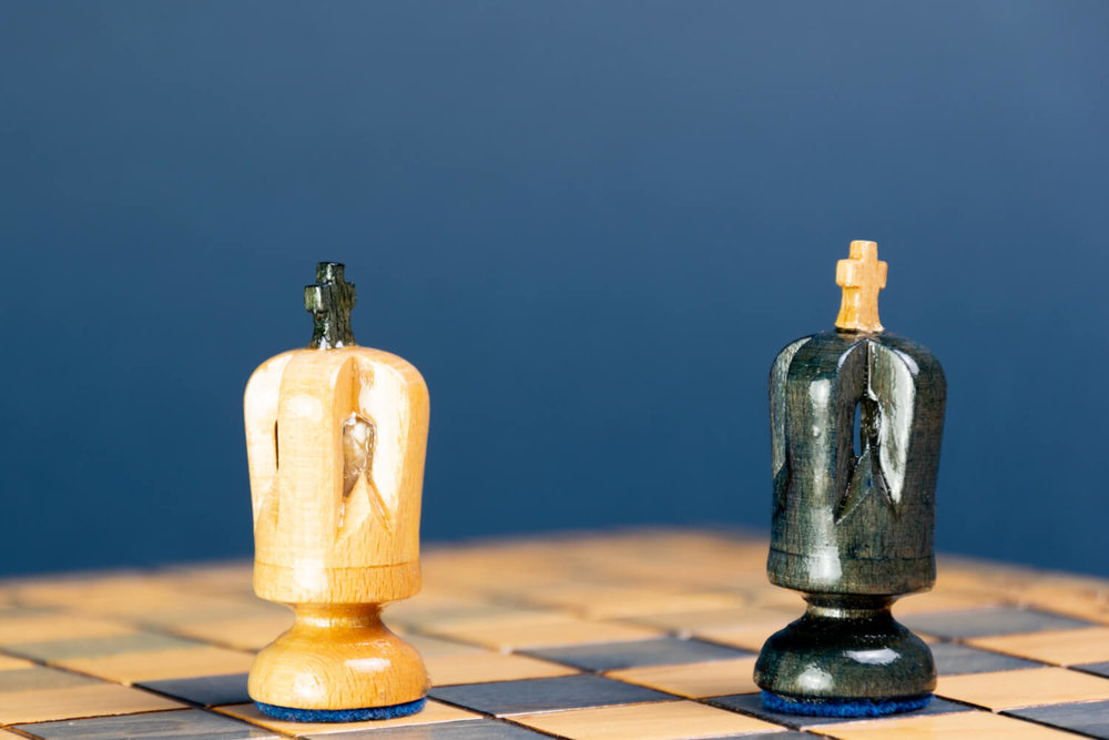Ein schwarzer und ein weißer König stehen einander auf einem Schachbrett in Patt-Stellung gegenüber. (Foto: Clemens Pistauer / Erwin Sovkov)
