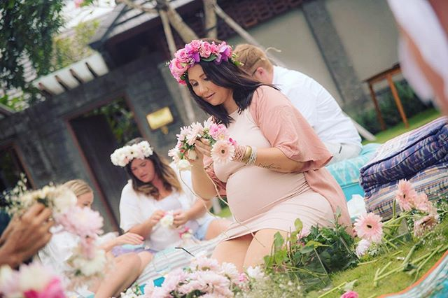 〰BLOOMIN GOOD TIMES 〰  My gorgeous sister and her nearest and dearest at her Baby Shower in the Gu... having a blooming good time creating flower crowns 🌸🌸🌸 Having your own shower in Bali? Bookings available for Flower Crown Workshops from July to October 🙌🏻 Link in bio for more info 😘 :: :: #thebridescollection #babyshower #baby #mumtobe #guguide #canggu #flower #flowers #flowerstagram #flowercrown #shesaidyes #ido #bridetobe  #bali #balibucketlist #gu #love #canggulife #madebyme #shoplocal #hens #bachelorette #bacheloretteparty