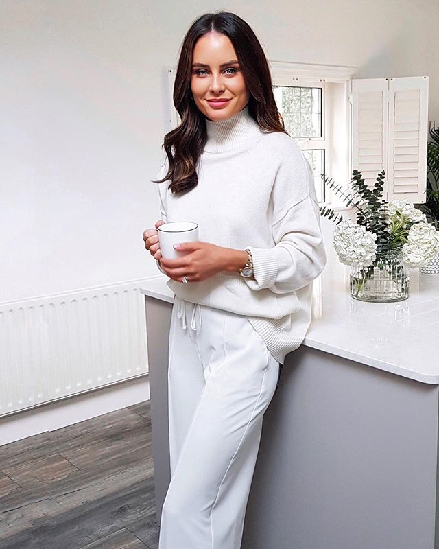 You can't go wrong with good quality basics made to mix and match, they're what my wardrobe is built on! For me there is nothing more comfortable than cashmere & I absolutely love this outfit from @mandsireland. You can check out the links to #MyMustHave products on my stories now!  Jumper-06669669 Trouser - 09261242 Ad