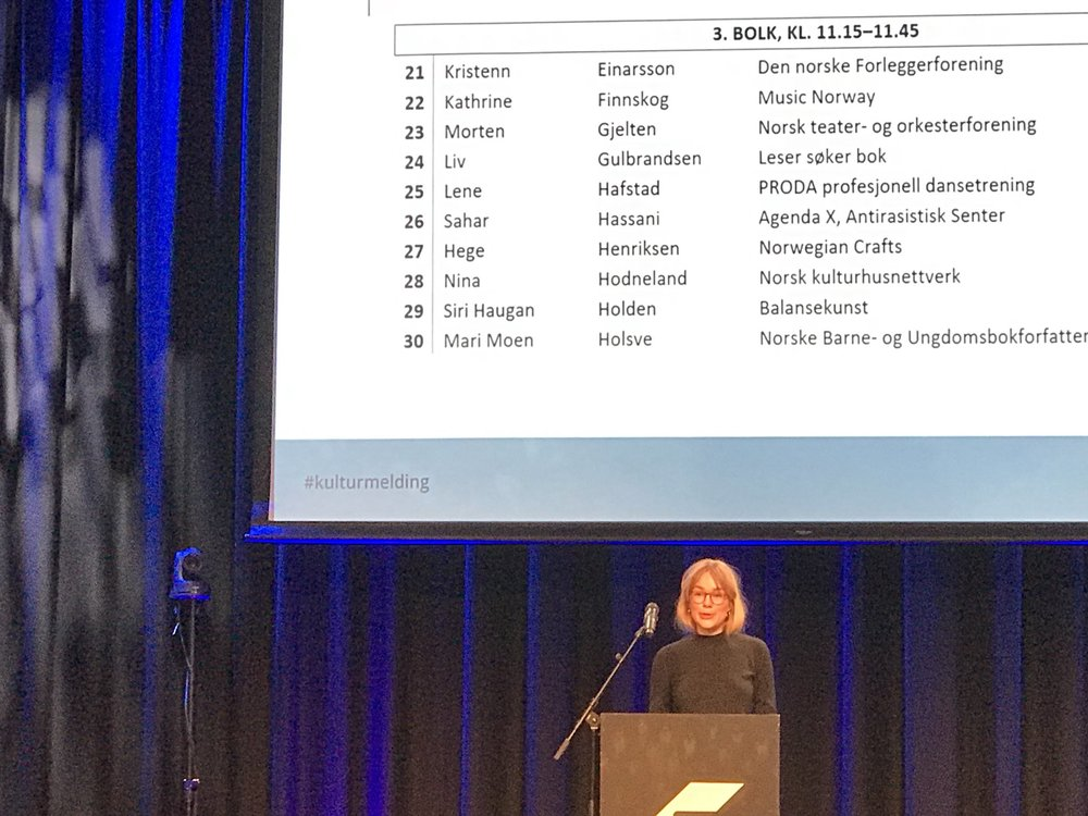 Balansekunst på talerstolen under Kulturdepartementets innspillsmøte på Sentralen i Oslo.