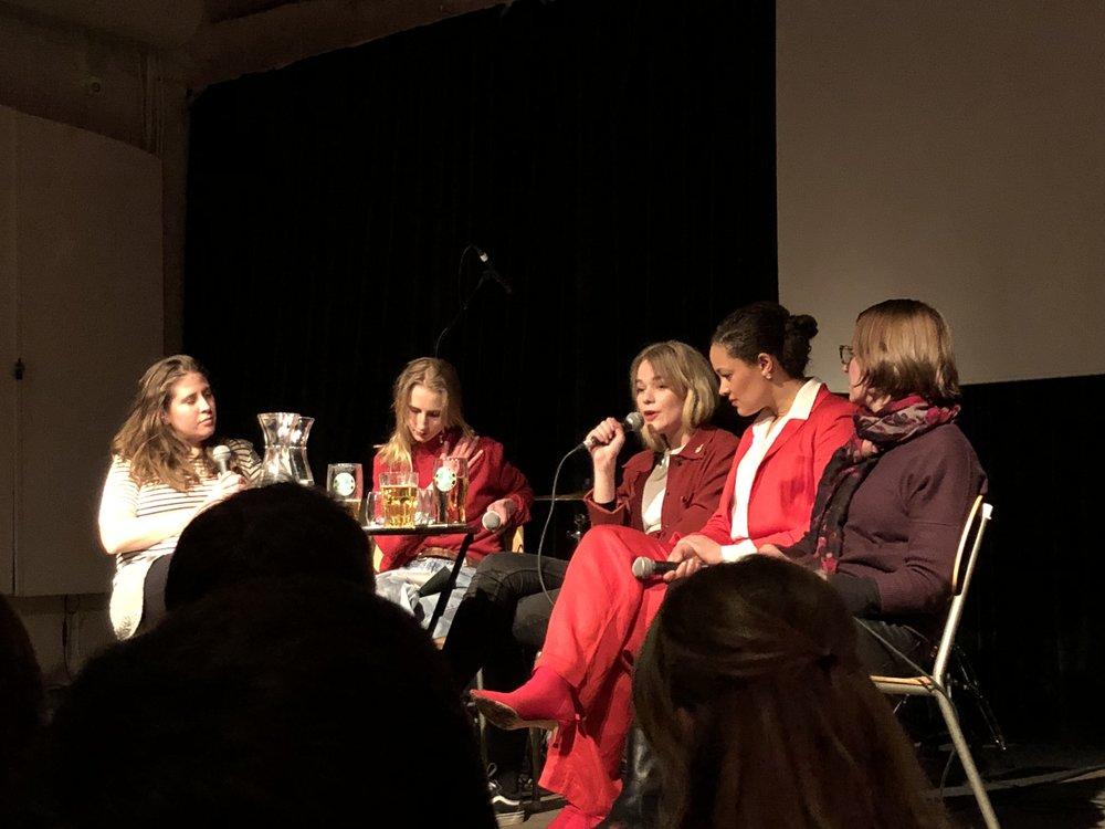 Nina Barbosa Blad, Kristine Sørheim, Siri Haugan Holden, Iselin Shumba og Signe Pahle på scenen på Ingensteds i Oslo 8. mars.Foto: Henrik Sanne Kristensen