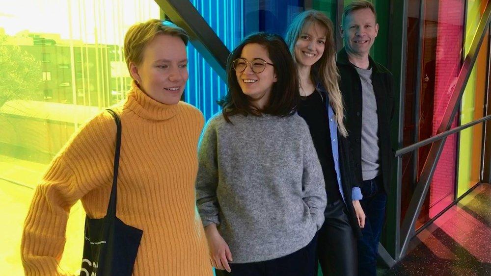 Komposisjonstudentene Maia Viken, Anna Linh Berg og Guostė Tamulynaitė sammen med Rune Rebne. Foto: Birgitta Tollan