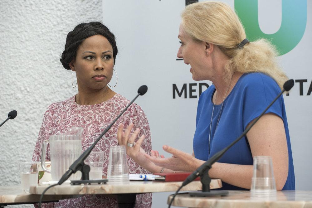 """Sveriges kulturminister Alice Bah Kuhnke (t.v.) i debatten """"Hotas kvinnor bort från debatten?"""" under Almedalsveckan 2017.  Foto:    TU – medier i Sverige    (   CC BY-NC 2.0   )."""