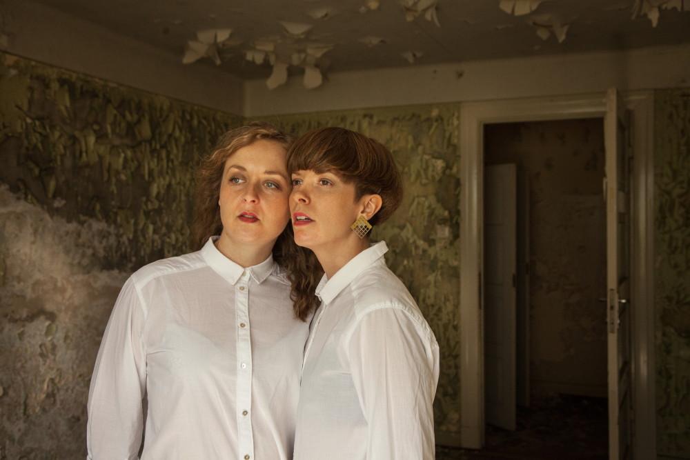 Norsk-kanadiske Bow To Each Other spiller minikonsert på den store Pride-festen lørdag 21.11 på Teaterkafeen. I tillegg spiller DJ-duoen Stenersen og det blir tango-show.