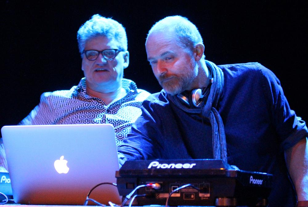 DJ-duoen Stenersen skapte svært god stemning på lørdagens Pride Party i Teaterkafeen