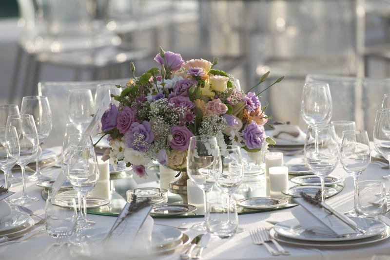 Soft roses for table decor by The Wedding Portugal.jpg