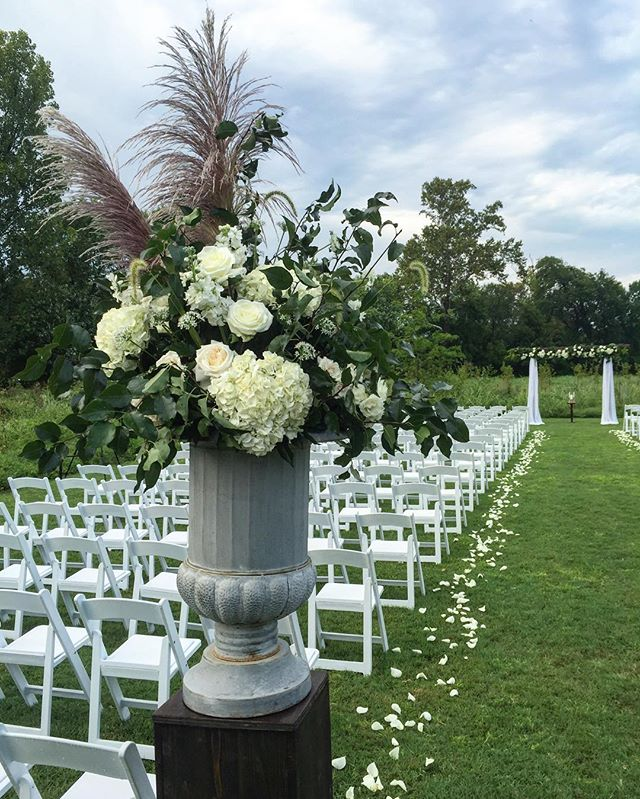 One more from K + W's wedding at @longhollowgardens_weddings, and you better believe that urn is 8 feet tall 🙌🏼