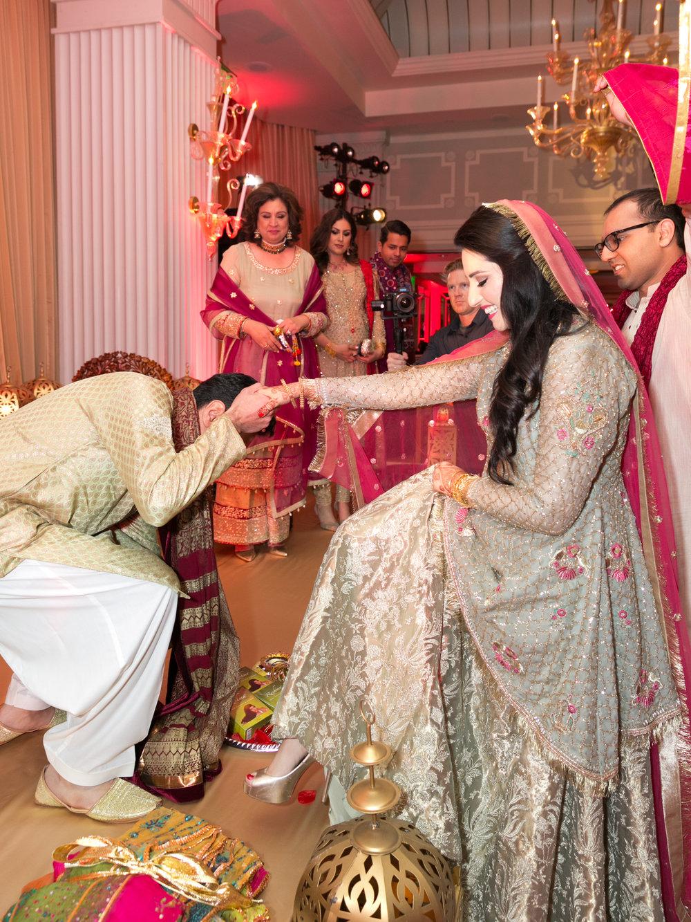 Pakistani_bride_zara_kamal_beverly_hills_zara_shahjahan_styled_by_sabaa_kamal_traditional_elan_sabysachi_mehndi_entrance.jpg