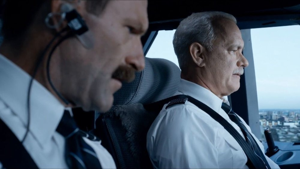 Aaron Eckhart and Tom Hanks in  Sully  (2016, USA – dir. Clint Eastwood)