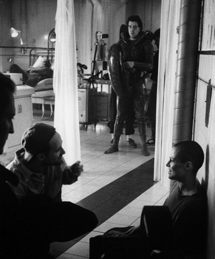 David Fincher on set with Sigourney Weaver.