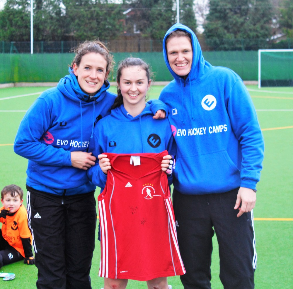Outfielder prizewinner Annie Pearson  receives a signed Germany playing top from EVO coaches & Germany internationals Janne Müller-Wieland (2 x Olympian, German co-captain, 200+ international caps) & Yvi Frank (2 x Olympian, 150+ international caps)