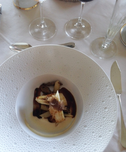 Filete de peixe-galo tubérculos, puré de couve-flor e trufa branca