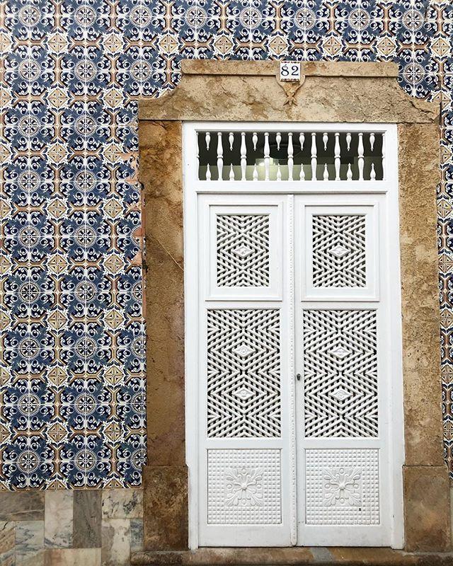 Porta da Reixa, das poucas que ainda restam em Tavira 👌 . . . #algarve #tavira #discoveringtavira #tradition #tradicao #portasdereixa