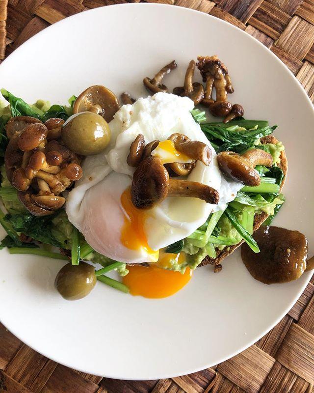 Pão de fermentação lenta, abacate, espinafres salteados, cogumelos nameko e ovo a baixa temperatura ou como um almoço pode ser deliciosamente simples. A cereja no topo? Os Peschiole Al Tartufo Estivo. Tradução: pêssegos bebé aromatizado com trufa. . . . #greenlife #savinitartufi #truffles #savoryfood #healthyanddelicious #vegetables #bread #italy #italianfood #portugal #portuguesefood