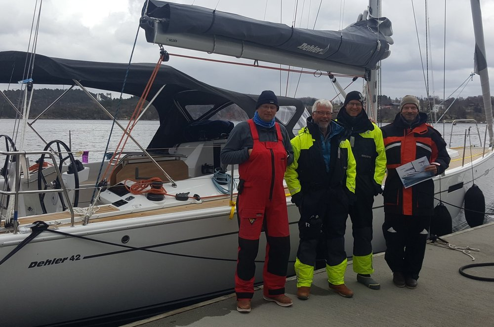 Stolt skipper til venste med godt mannskap fra Ørsta Seilforening i det de passerte Litlebergen