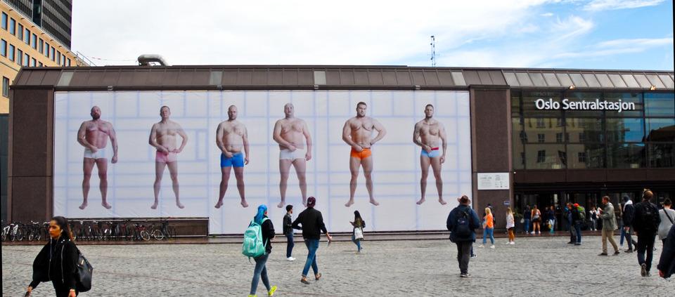 Camel Toe - av Adel Abidin for Rom for Kunst på Oslo Sentralstasjon. Art Installation. Montering. Bilde Vibeke Christensen.