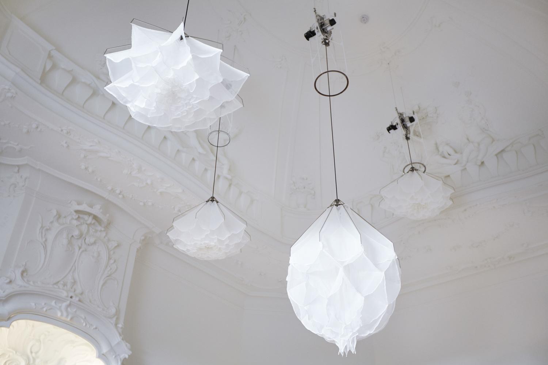 천장 조명이 예술로 승화되다! 살포시 내려와 꽃을 피우는 화제의 조명 작품 ShyLight