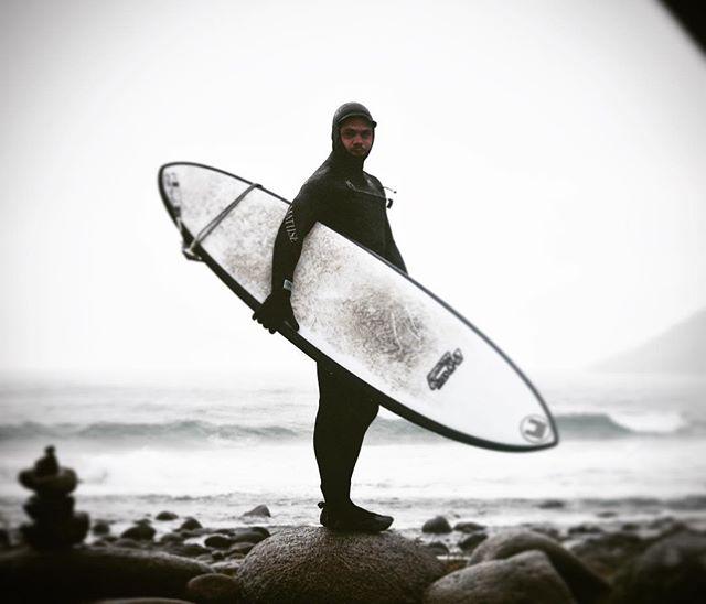 """💌 Matéria nova lá no blog! 📩Surf da meia noite no Oceano Ártico! Da um confere: link no perfil ou rafahansen.com!! """"A experiência de surfar com botas, luvas, capuz e uma roupa de borracha de 6 milímetros. E o melhor de tudo: a meia noite num mar de 2 metros no Oceano Ártico. Doideira?"""" ♻️👊🏻🌍"""
