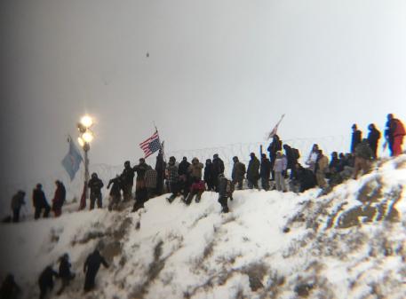 Le projet de pipeline de Dakota Nos confrères activistes de Standing Rock, en Dakota du Nord, ont célébré la vaillante victoire pour la contestation du pipeline, car le permis de construction a été refusé. La nouvelle nous est parvenue juste quelques instants après notre période de solidarité à l'AGA de Calgary, ce qui a causé des acclamations et des cris de joie. Bien entendu, la bataille est loin d'être terminée, spécialement depuis l'élection du président pro-pétrole. Mais la présence des forces armées sur le site d'exploitation, l'attention des États-Unis et du monde entier est portée sur ce conflit et nous avons foi en une victoire permanente. Continous cet excellent travail!
