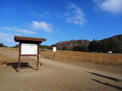 Main trailhead accessible from the parking lot at Ave de los Arboles and Big Sky