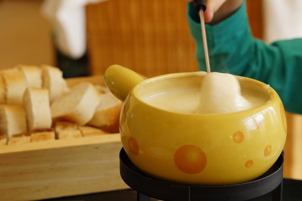 Photo site: https://pixabay.com/en/fondue-swiss-fondue-cheese-708185/