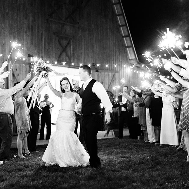 I love shooting a sparkler exit!  There's really nothing like it. Want to know how I do it? 💁🏻♀️ Be sure to check out my blog today (link in profile) #amyallmandweddings #amyallmandphotography