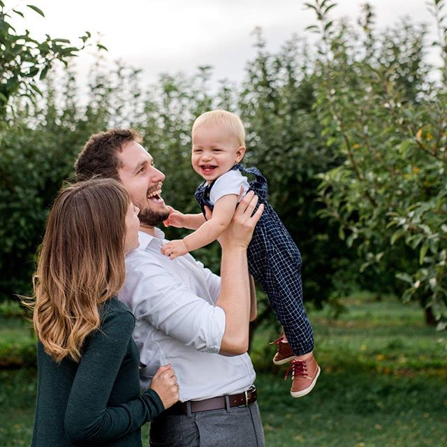 Little man just couldn't stop smiling tonight at the orchard with his parents!  Pure joy! ❤️ ❤️❤️#thesamanthalynnphotography #centralillinoisfamilyphotographer #christorchard