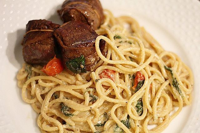 Carbs and cheese always make life a little bit easier. Spinach & Tomato Spaghetti is an easy and quick dinner to make and enjoy. It's Delicious! ❤️ Recipe is on the website. #love #instagood #photooftheday #followme #pasta #steak #veggies #food #yum