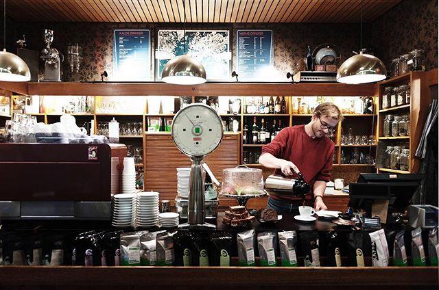 イベントのお知らせ  美味しいコーヒーと北欧の関係 in 甲府 北欧に住む人たちにとって、コーヒーはなくてはならない飲み物です。 毎日何杯も飲むその背景と、カフェの役割を考えながら、日常のコーヒーをさらに楽しく飲めるようになるワークショップ。 専門的な内容も含みますので、特にバリスタや飲食店に勤務の方にも楽しんでいただけると思います。 ☆参加ご希望の方は必ずメールにてお申し込みください。 お申し込み、お問い合わせメールアドレス terasakicoffee@gmail.com (担当:寺崎) イベント名、参加人数、お名前、ご連絡先メールアドレスと携帯電話番号を記入の上、お申し込みください。  場所: 寺崎コーヒー @terasakicoffee  住所: 〒400-0031 山梨県甲府市丸の内1丁目20−22 日時: 4月20日(土)19:00〜21:00  参加費: 2000円 (コーヒーとペストリーまたはサワードウ付き) 定員:30名(定員になりましたら締め切らせていただきます。)