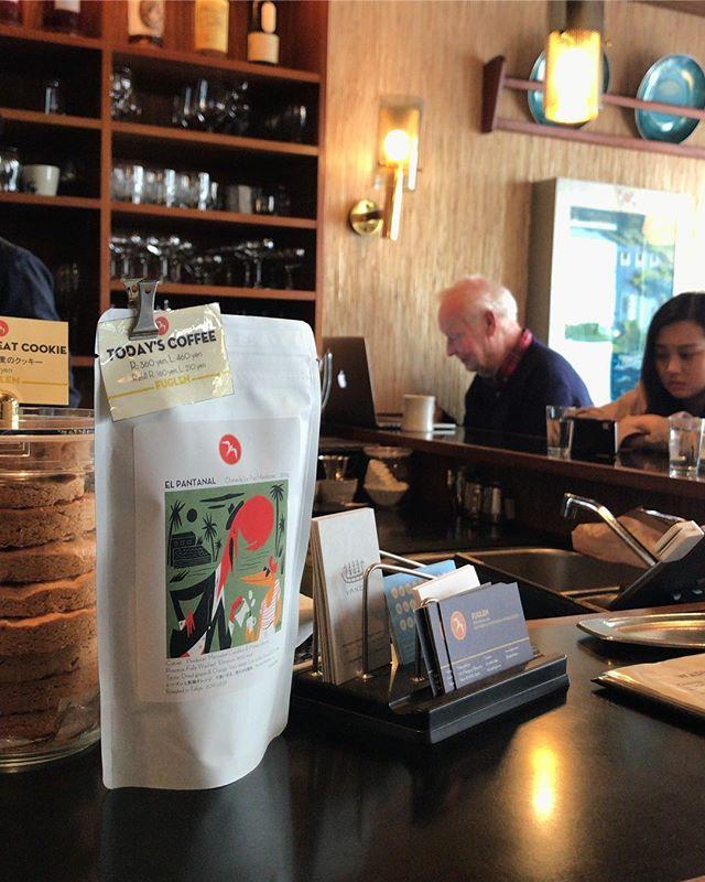 @fuglentokyo 本日のコーヒーはホンジュラスのEl Pantanal。 先日はロースターでロット別の採れたてフレッシュクロップをサンプルカッピングしましたが、どれも素晴らしかった。 グリーンティーのような清涼感が印象的なカップから、カシスのようにジューシーなものまで。グリーンのエイジングによって、届く頃までにどう変化しているか、想像しながら飲む朝のコーヒーはまた格別ですね。